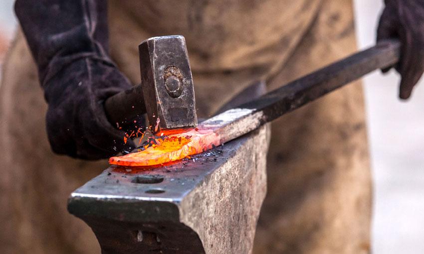 Artigiani nella lavorazione del ferro battuto